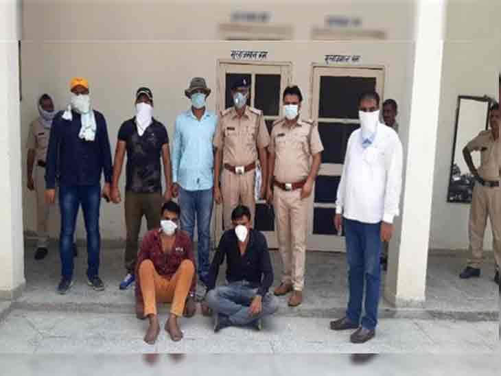 सोनीपत पुलिस की गिरफ्त में पकड़े गए दोनों आरोपी। अब पुलिसकर्मियों की हत्या मामले में सभी आरोपी गिरफ्तार हो चुके हैं। - Dainik Bhaskar