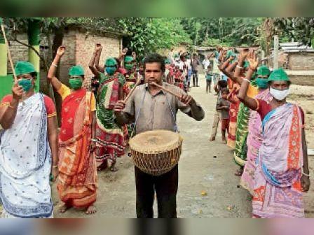 काशीबाड़ी गांव में विरोध-प्रदर्शन करते आदिवासी सेंगल अभियान के सदस्य। - Dainik Bhaskar