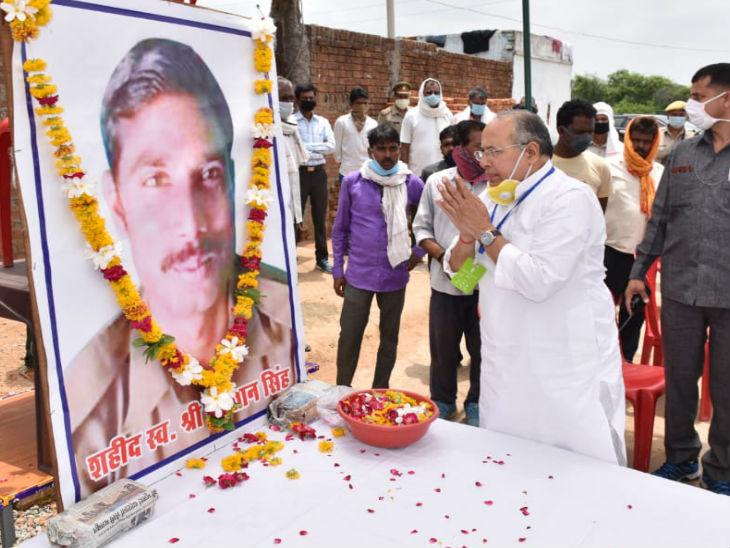 प्रभारी मंत्री ने भोजला गांव में सिपाही सुल्तान सिंह को श्रद्धांजलि दी।