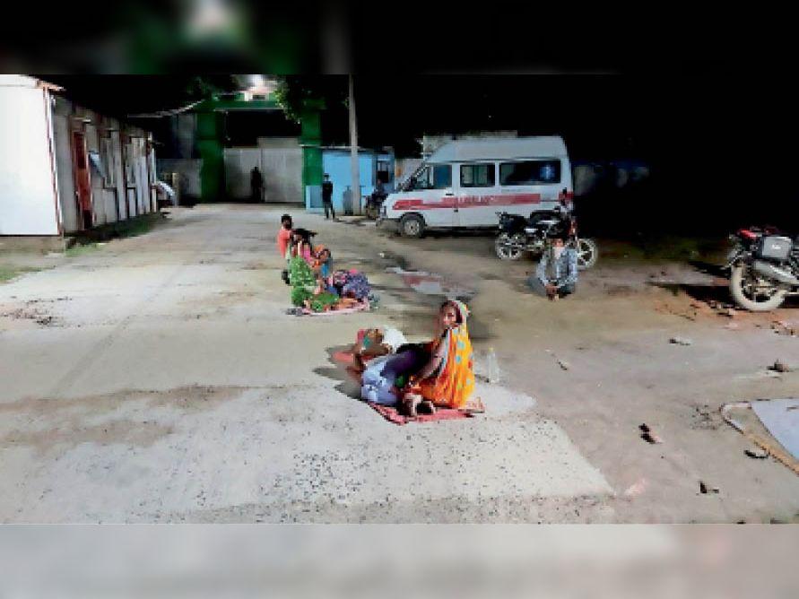 सदर अस्पताल में जहरीले रसायन के छिड़काव के बाद बाहर बैठे वार्ड के मरीज। - Dainik Bhaskar