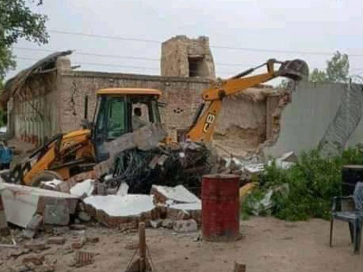 मोस्ट वांटेड विकास दुबे ने घर में बना रखा था वायरलेस कंट्रोल रूम, मकान के मलबे में मिले कई जाली पहचान पत्र; तीन बम भी मिले|उत्तरप्रदेश,Uttar Pradesh - Dainik Bhaskar