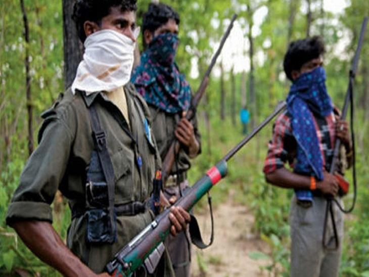 नक्सली गांव में आकर लोगों को पुलिस के खिलाफ डरा धमका रहे हैं। बीते तीन महीने में 3 हत्याएं इसी वजह से हो चुकी हैं। सिंंबॉलिक फोटो। - Dainik Bhaskar