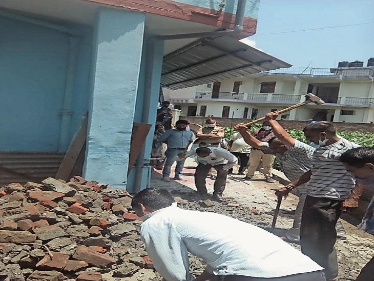 हमीरपुर शहर के वार्ड नंबर 9 में मंगलवार को नगर परिषद की गली पर किए गए अवैध कब्जे को पुलिस की मौजूदगी में हटाया गया। - Dainik Bhaskar
