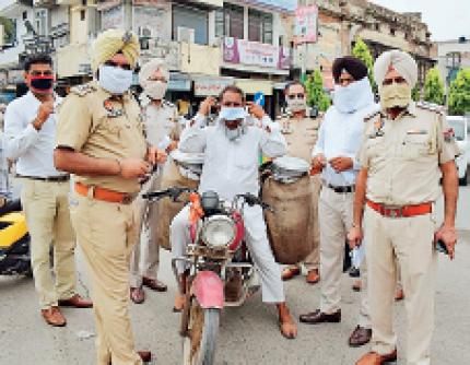 कोरोना से बचाव के लिए फरीदकोट के भाई कन्हैया चौक में मास्क बांटते पुलिस कर्मचारी। - Dainik Bhaskar