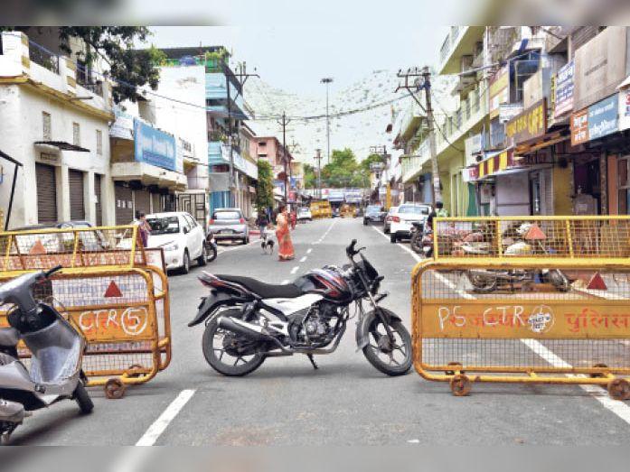 बाबू मोहल्ले में 24 घंटे में 3 पॉजिटिव मिल चुके हैं, फिर भी मंगलवार को आसपास की दुकानें खुली मिलीं। - Dainik Bhaskar