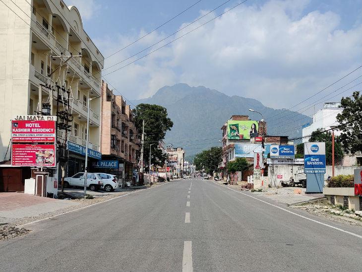 कोरोना के कारण इन दिनों कटरा की सड़कों पर सन्नाटा पसरा हुआ है। यहां 18 मार्च से लॉकडाउन है।