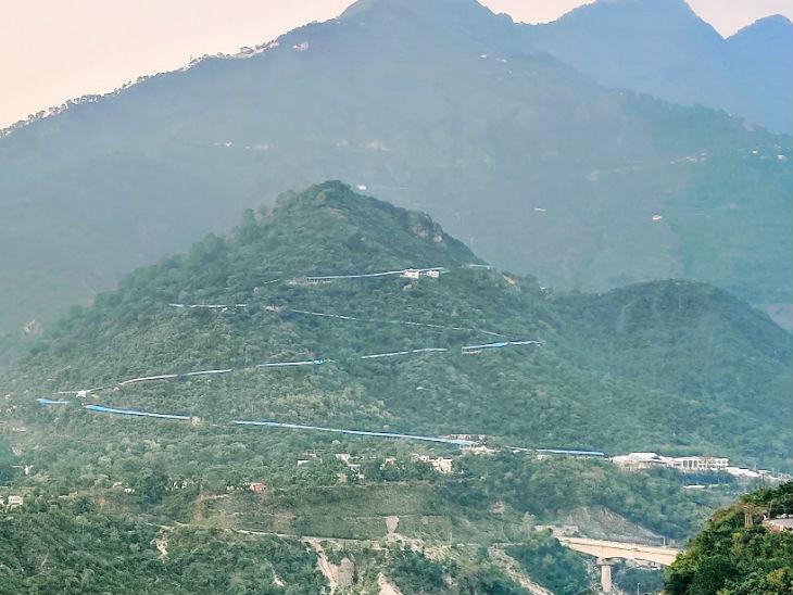 वैष्णो देवी तीर्थ स्थान समुद्र तल से 5 हजार 300 फीट की ऊंचाई पर स्थित है। भवन तक पहुंचने के लिए करीब 13 किलोमीटर की चढ़ाई करनी पड़ती है।
