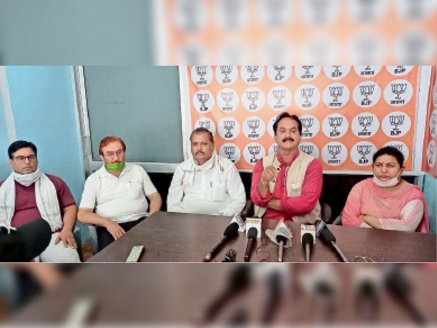 प्रेस कांफ्रेंस को संबोधित करते नरेंद्र परमार, विपन महाजन, जिलाध्यक्ष विजय शर्मा और सीमा कुमारी। - Dainik Bhaskar