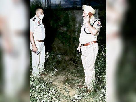 मौके पर जांच करते पुलिस अफसर। - Dainik Bhaskar