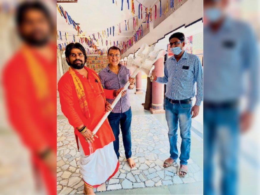 चांदी के 6 किलो के त्रिशूल के साथ शिवाला बाग भाइयां ट्रस्ट के लोग। - Dainik Bhaskar