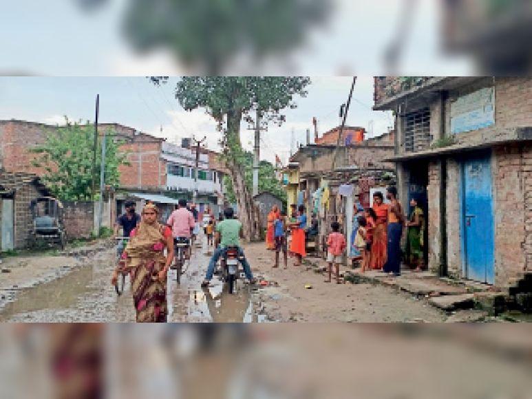 तीनगछिया में मृतक के घर पर लगी ग्रामीणों की भीड़। - Dainik Bhaskar