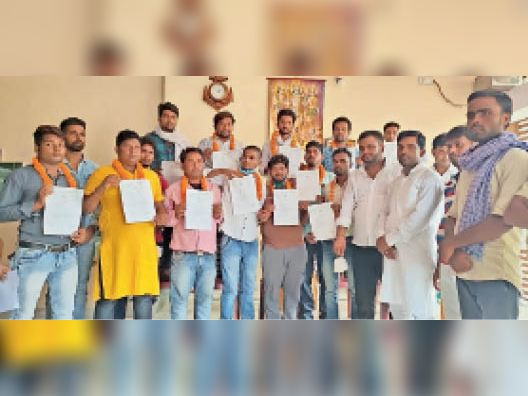 कमेटी विस्तार के बाद प्रमाण पत्र दिखाते नव मनोनीत सदस्य। - Dainik Bhaskar