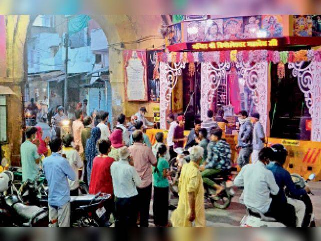 अलवर. त्रिपाेलिया शिव मंदिर में शाम काे अारती के दाैरान लाेगाें की भीड़। - Dainik Bhaskar