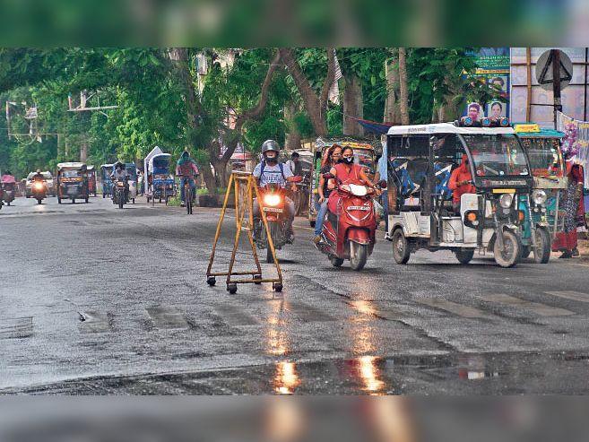 बारिश की रफ्तार धीमी होने पर बाजार में निकले लोग। - Dainik Bhaskar