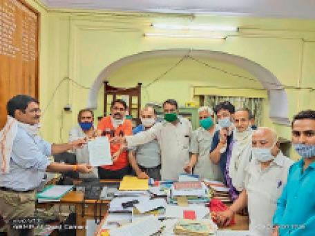 बिजली बिल माफ करने काे लेकर एडीएम काे ज्ञापन देते मंडल अध्यक्ष। - Dainik Bhaskar