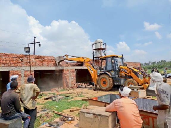 जींद. रोहतक रोड पर अवैध निर्माण गिराती जेसीबी। - Dainik Bhaskar