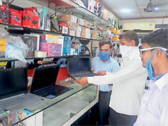 सोनीपत. शहर में लैपटाॅप की खरीदारी करते हुए स्थानीय निवासी। - Dainik Bhaskar