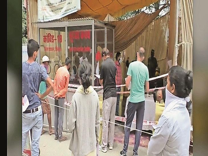 शोघी बैरियर पर बाहर से आए लोग दस्तावेजों की जांच व रजिस्ट्रेशन करवाते हुए। - Dainik Bhaskar