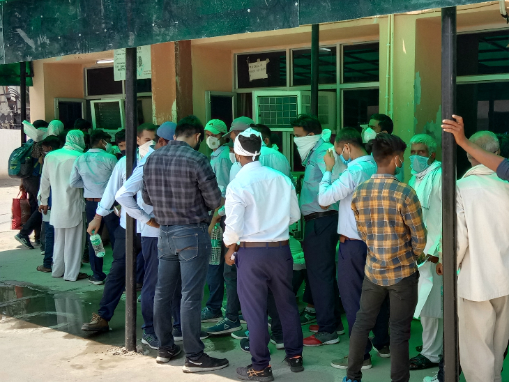 हिसार सरकारी हॉस्पिटल में टेस्ट करवाने के लिए पहुंचे लोगों में नहीं दिखा सोशल डिस्टेंस। - Dainik Bhaskar