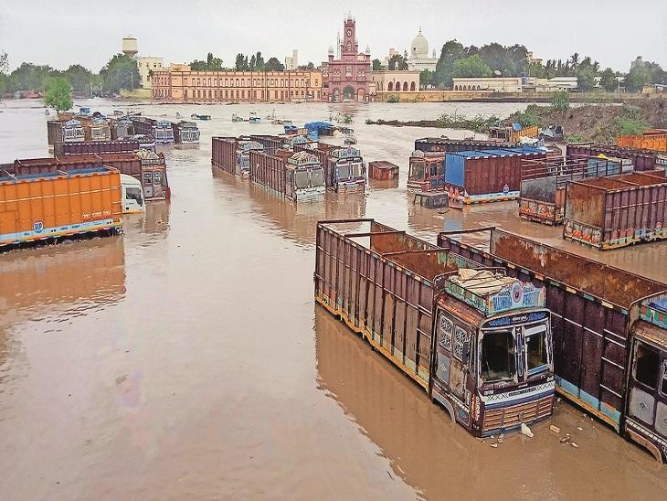 जामनगर में भी कई जगह बाढ़ के हालात बन गए। पार्किंग में खड़े आधे तक डूब गए। - Dainik Bhaskar