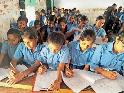 पढ़ाई कर रहीं बच्चियों की फाइल फोटो। - Dainik Bhaskar
