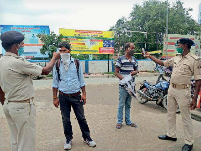 कलेक्ट्रेट जाने के पहले गेट के बाहर लोगों की स्क्रीनिंग करते जवान। - Dainik Bhaskar