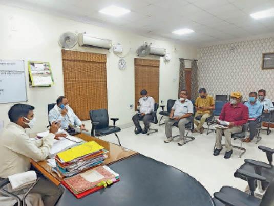 रोजगार सृजन को लेकर बैठक करते जिलाधिकारी। - Dainik Bhaskar