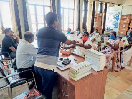 अस्पताल में एमसीपी कार्ड प्राप्त करतीं एएनएम। - Dainik Bhaskar