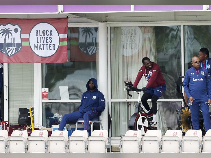ड्रेसिंग रूम में बैठकर बारिश रुकने का इंतजार कर रहे थे वेस्टइंडीज के खिलाड़ी।
