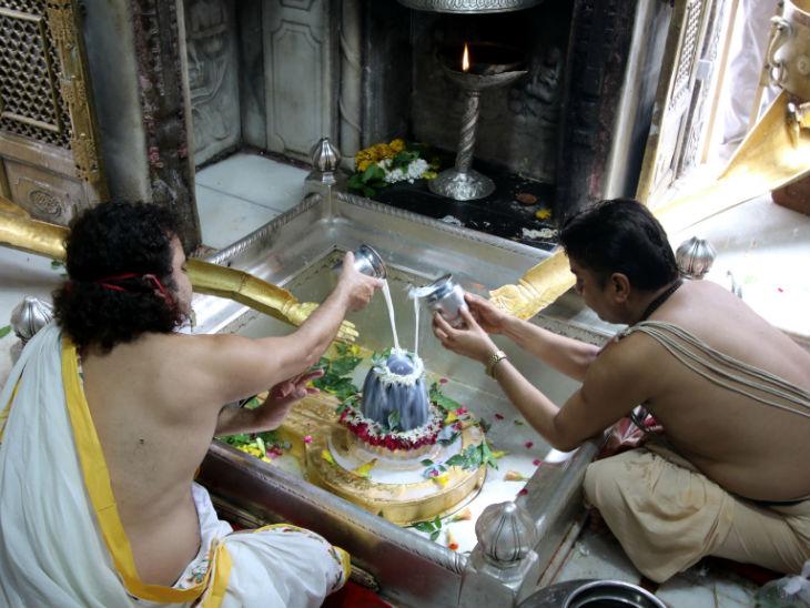 तस्वीर काशी विश्वनाथ मंदिर के गर्भगृह की है। कोरोना के चलते यहां आम लोगों के प्रवेश पर पाबंदी है। फोटो- ओपी सोनी