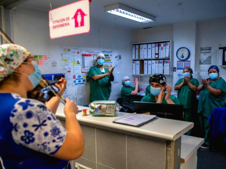 कोरोना मरीजों का तनाव और स्टाफ की थकान दूर करने के लिए नर्स सिल्वा बजाती हैं वॉयलिन, कहा- मैं उम्मीदें बांट रही हूं