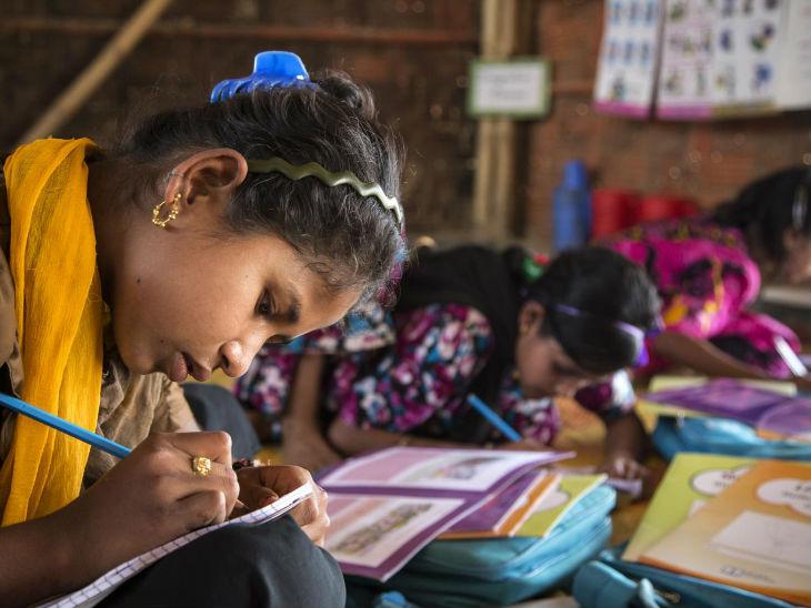 शिक्षा लड़कियों को परिवार नियोजन की समझ देती है। साथ ही शिक्षा उन्हें बाल विवाह व कच्ची उम्र में मां बनने से भी बचाती है। -प्रतीकात्मक फोटो - Dainik Bhaskar