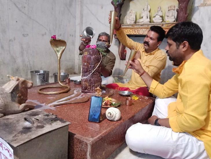 भोपाल के टीटी नगर स्थित मंदिर में मोबाइल में अमिताभ की तस्वीर के साथ भगवान शिव का अभिषेक कर उनके सेहतमंद होने की प्रार्थना करते मंदिर के संचालक।