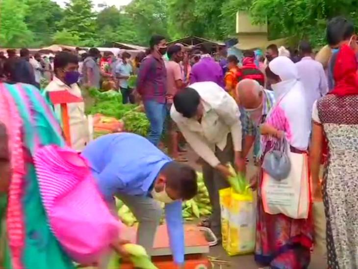 पुणे में आज रात से लगने जा रहे लॉकडाउन से पहले शहर की लगभग सभी सब्जी मंडियों में भारी भीड़ देखने को मिली।