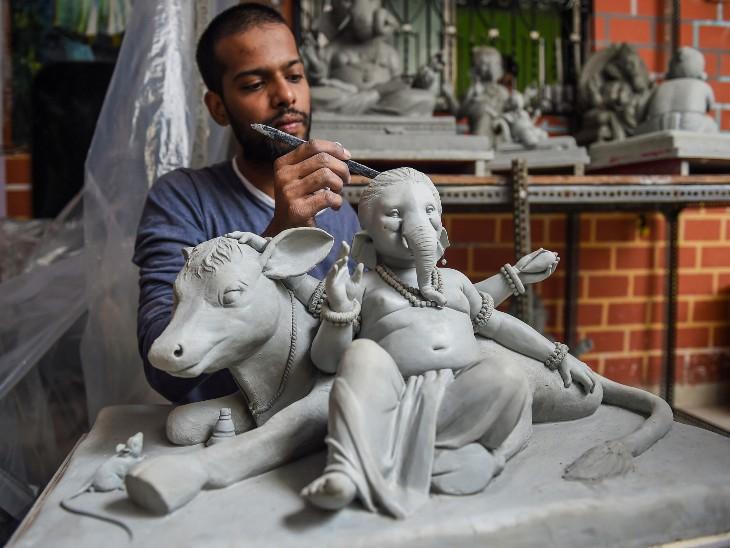 बप्पा की छोटी प्रतिमा बनाता कलाकार। अगस्त में शुरू होने जा रहे गणेशोत्सव में सरकार ने इस बार सिर्फ 4 फीट के गणपति स्थापित करने का आदेश दिया है।
