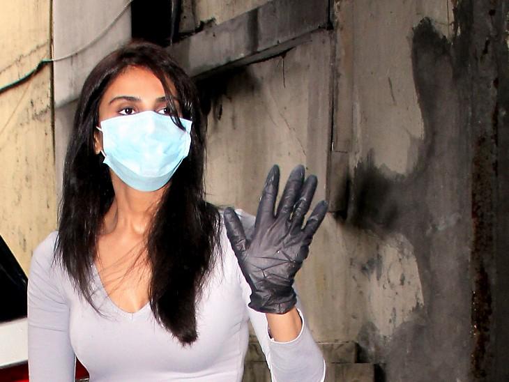 लॉकडाउन के बीच मुंबई में बॉलीवुड एक्ट्रेस वाणी कपूर चेहरे पर मास्क और हाथ में ग्लव्स पहने नजर आईं।