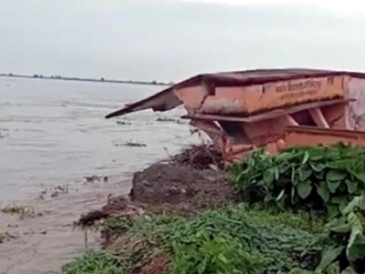 30 सेकेंड में नदी में समा गया स्कूल, खिड़की और दरवाजे के लिए लोगों ने जोखिम में डाली जान बिहार,Bihar - Dainik Bhaskar