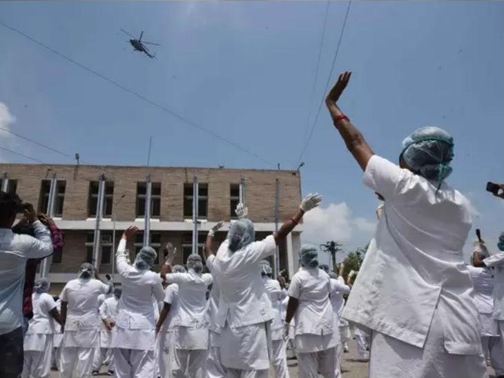 फोटो पटना की है, जहां हेल्थकर्मी इंडियन एयर फोर्स के जवानों का आभार प्रकट कर रहे हैं। कोरोना योद्धाओं के लिए वायु सेना ने हेलीकॉप्टर से फूल बरसाए थे।