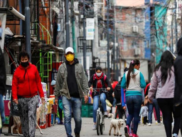 अर्जेंटीना की राजधानी ब्यूनस आयर्स की एक व्यस्त सड़क पर 20 जून को मास्क लगाकर जाते लोग।