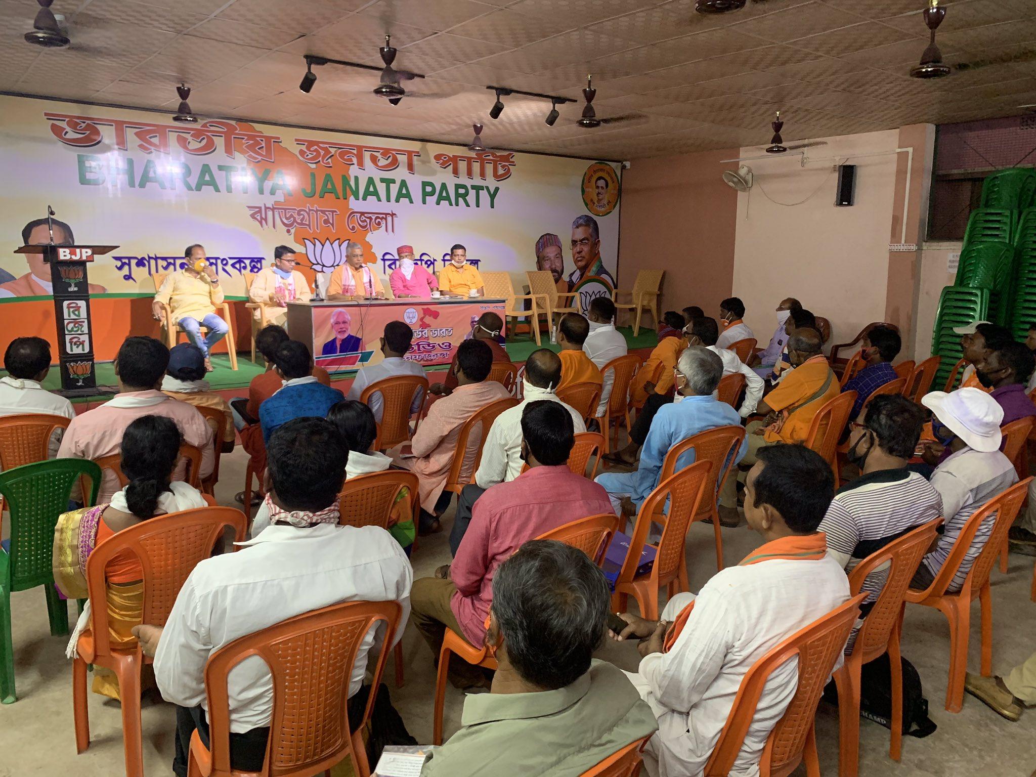 झारग्राम में कार्यकर्ताओं के साथ बैठक करते हुए भाजपा प्रदेश अध्यक्ष दिलीप घोष। भाजपा का आरोप है कि ममत बनर्जी केंद्र सरकार की योजनाओं को यहां लागू नहीं कर रहीं हैं।