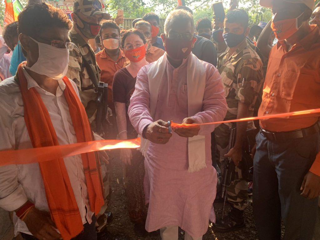 मेदिनीपुर जिला के राधामोहनपुर में पार्टी कार्यालय का उद्घाटन करते हुए भाजपा प्रदेश अध्यक्ष दिलीप घोष।