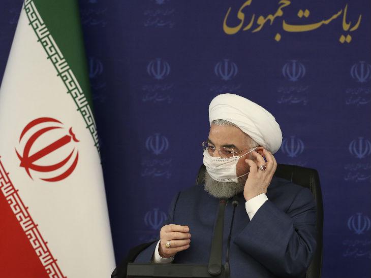 इस फोटो में ईरान के राष्ट्रपति हसन रूहानी अपना मास्क ठीक करते दिख रहे हैं। उन्होंने कहा कि देश में 3.5 करोड़ लोगों को संक्रमण का खतरा है।