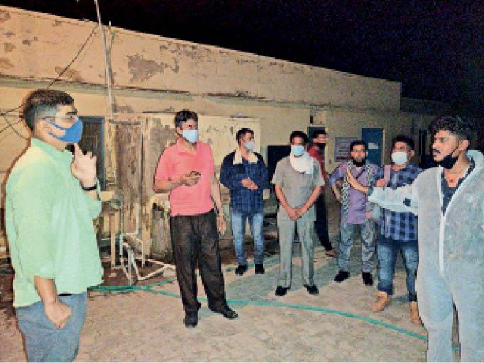 बहरीन से लौटे प्रवासियों को जयपुर का वादा कर शाहजहांपुर में छोड़ने पर हंगामा|शाहजहांपुर,Shahjanpur - Dainik Bhaskar