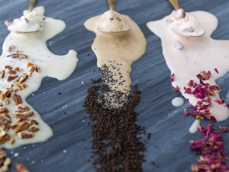 देसी फ्लेवर वाली पूजा की तीन आइसक्रीम