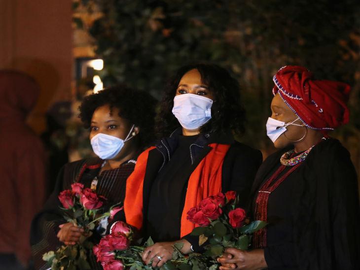 दक्षिण अफ्रीका के सोवेटे शहर स्थित एक कब्रिस्तान में मृतक को अंतिम विदाई देने पहुंचे लोग। देश में अब तक 4 हजार से ज्यादा लोगों की मौतें हुई हैं।