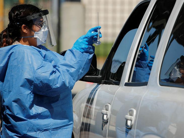 कैलिफोर्निया के सैन डियागो में एक नर्स कार सवार का कोरोना की जांच के लिए सैम्पल लेती। अमेरिका में अब तक 37 लाख से ज्यादा संक्रमित हैं।