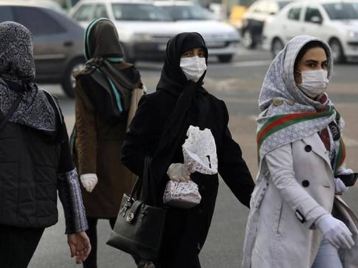 ईरान के वेस्टर्न तेहरान में संक्रमण से बचाव के लिए मास्क पहनकर घूमती महिलाएं। ईरान में अब तक 2.71 लाख लोग कोरोना पॉजिटिव पाए जा चुके हैं। 13,979 लोगों की मौत हो चुकी है। - Dainik Bhaskar