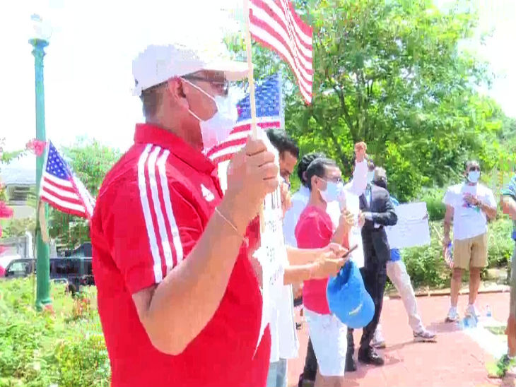 चीनी दूतावास के बाहर प्रदर्शन करते अमेरिका में रहने वाले भारतीय। इनमें से कुछ अमेरिका के नेशनल फ्लैग के साथ इसमें शामिल हुए।
