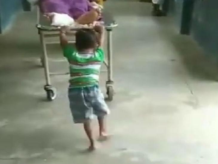 रिश्वत नहीं दी तो 6 साल के मासूम से खिंचवाया स्ट्रेचर; वीडियो वायरल, अस्पताल प्रशासन ने पल्ला झाड़ा|उत्तरप्रदेश,Uttar Pradesh - Dainik Bhaskar