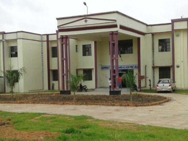 ललितपुर के कोविड अस्पताल में 20 फीट दूरी से फेंककर मरीजों को दिया जा रहा खाना, सब्जी कारोबारी ने गल्ला मंडी अध्यक्ष को फोन कर खोली पोल उत्तरप्रदेश,Uttar Pradesh - Dainik Bhaskar